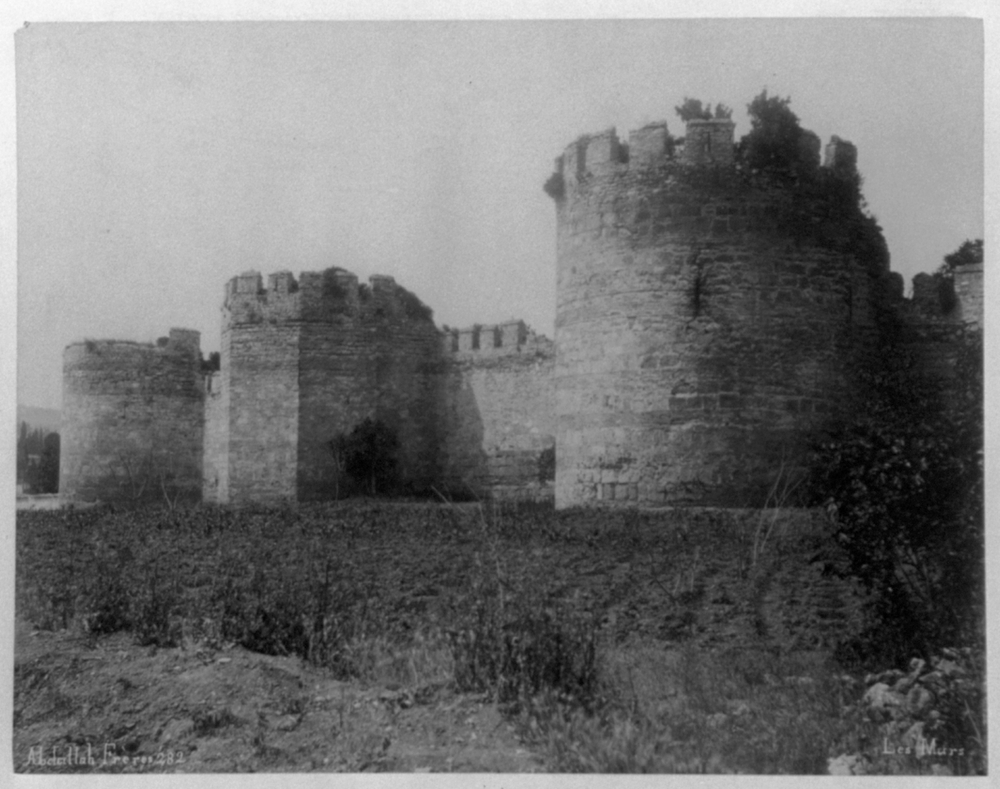 [One side of the Tekfur Sarayı (palace)] / Abdullah Frères