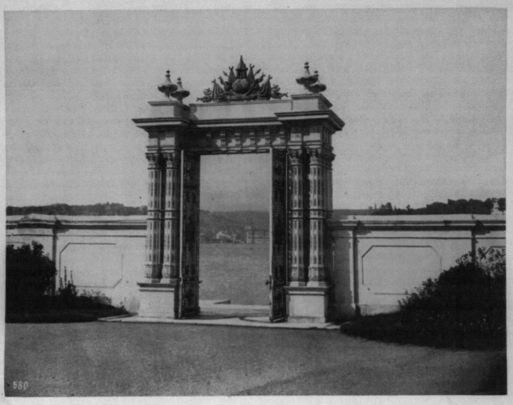 [The Imperial Gate of the Imperial Palace on the shores of Beylerbeyi]