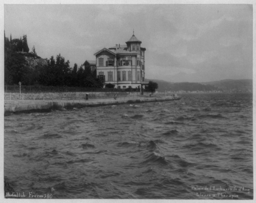 [The sea side house of the British Ambassador, Tarabya] / Abdullah Frères