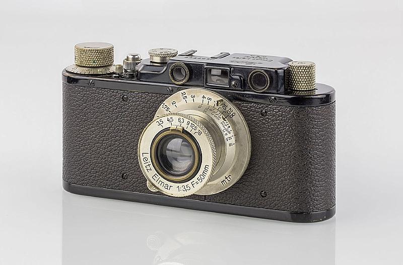 1200px-LEI0150_198_Leica_II_schwarz_-_Sn._67777_1931-M39_front_view_Umbau_von_Ic-0