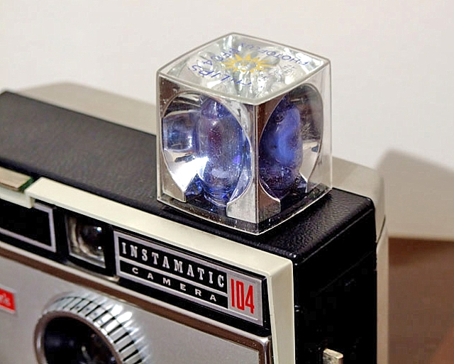A flashcube fitted to a Kodak Instamatic camera – Image by Futurebobbers (By en:User:Futurebobbers (self-made Futurebobbers) [Public domain], via Wikimedia Commons)
