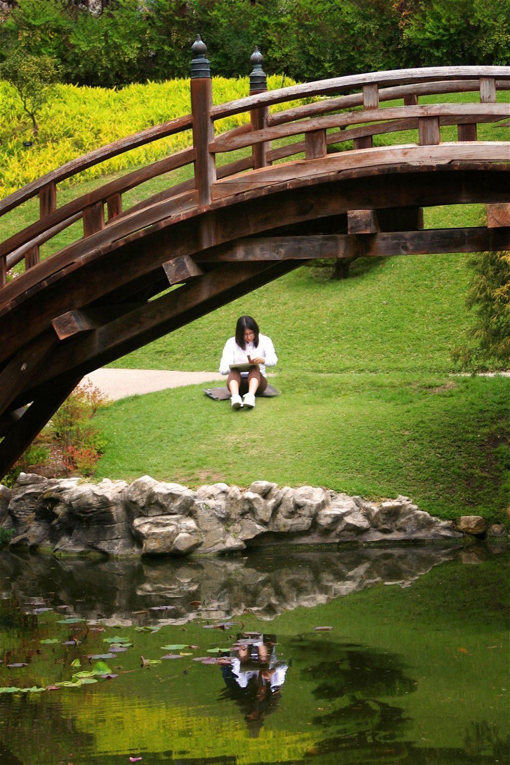 artist under bridge
